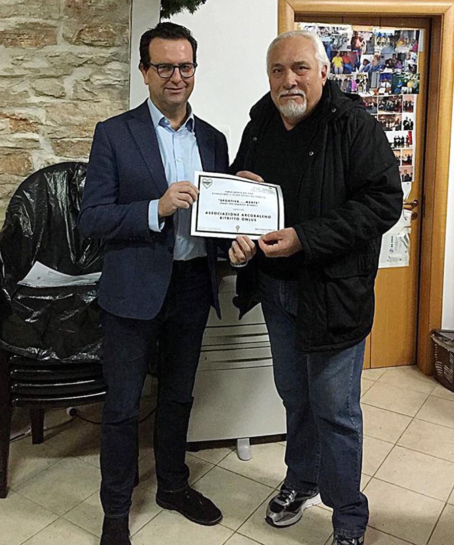 Consegna dell'attestato da parte di Power Energia a Stefano Mangialardi, presidente dell'associazione Arcobaleno Bitritto Onlus